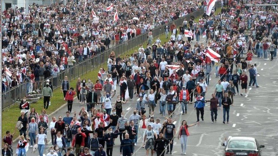 周日(9月13日)在白俄羅斯首都明斯克總統官邸外10萬民眾舉行了示威抗議