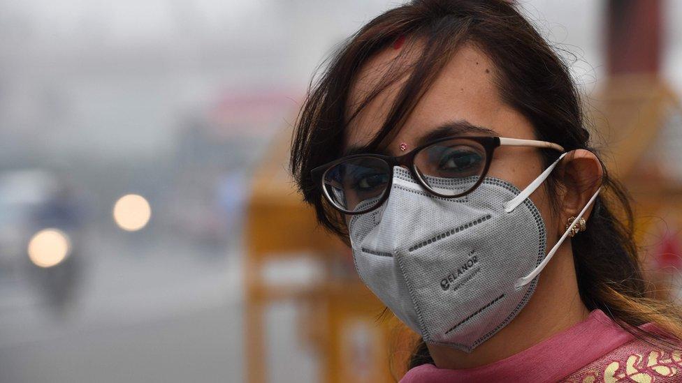 žena s maskom u njudelhiju