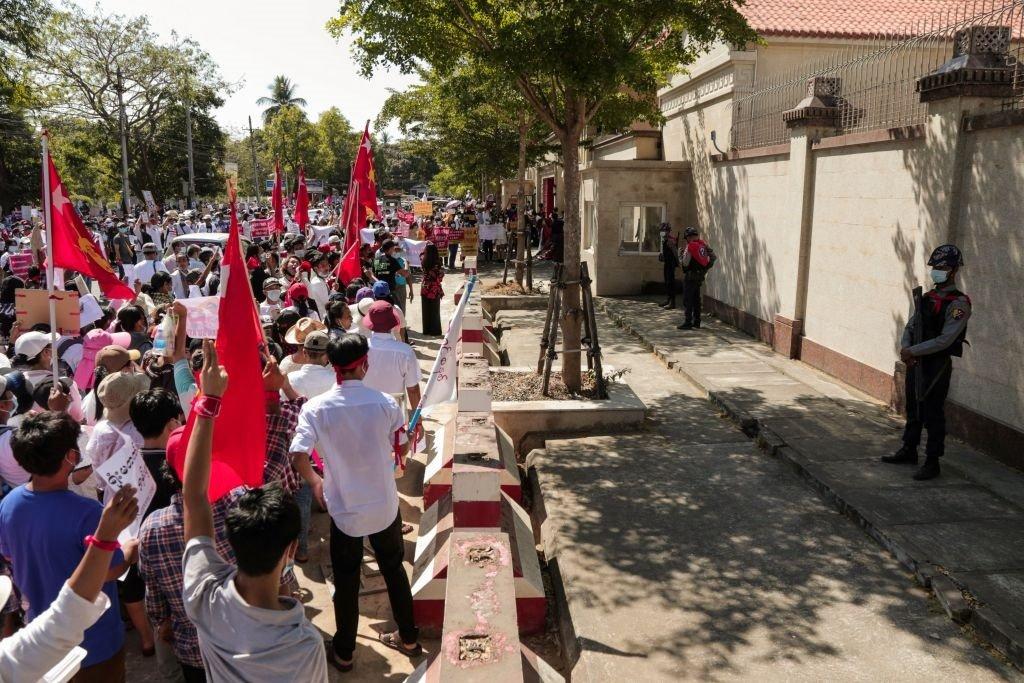 很多人手舉標語和昂山素季所在政黨緬甸全國民主聯盟的旗幟表達不滿。