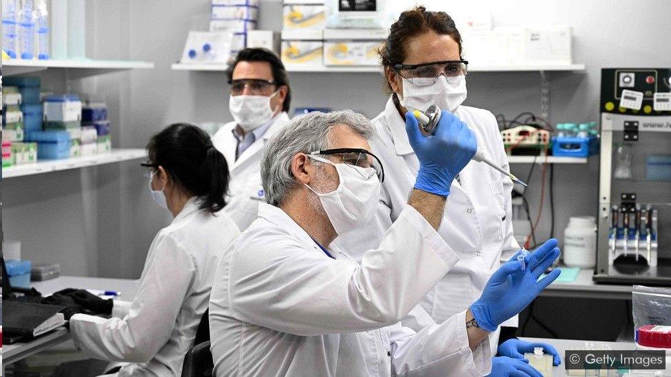 Técnicos pesquisam a covid-19 em um laboratório em Buenos Aires, na Argentina