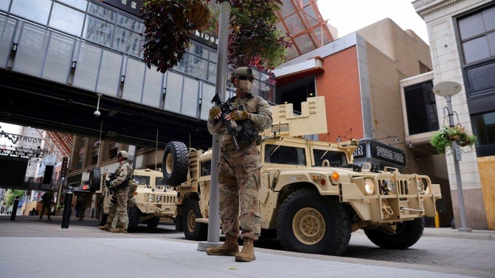 نشر أفراد الحرس الوطني في شوارع المدينة.