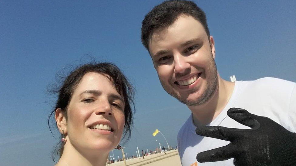 Los jueces Thiago Mafra y Mônica Cardoso trabajaron como barrenderos de calle para Comlurb, una empresa que limpia Río de Janeiro.