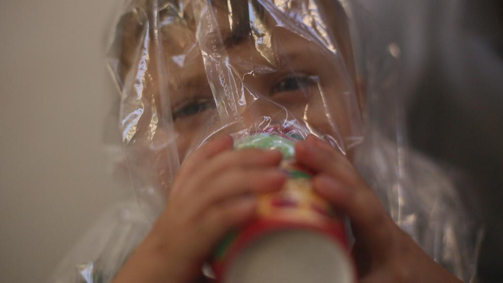 بدأت بعض العائلات السورية بصناعة مساك في المنزل تحسباً للهجمات الكيمياوية