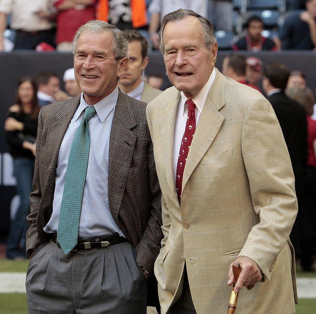 George H. W. Bush y su hijo George W. Bush.