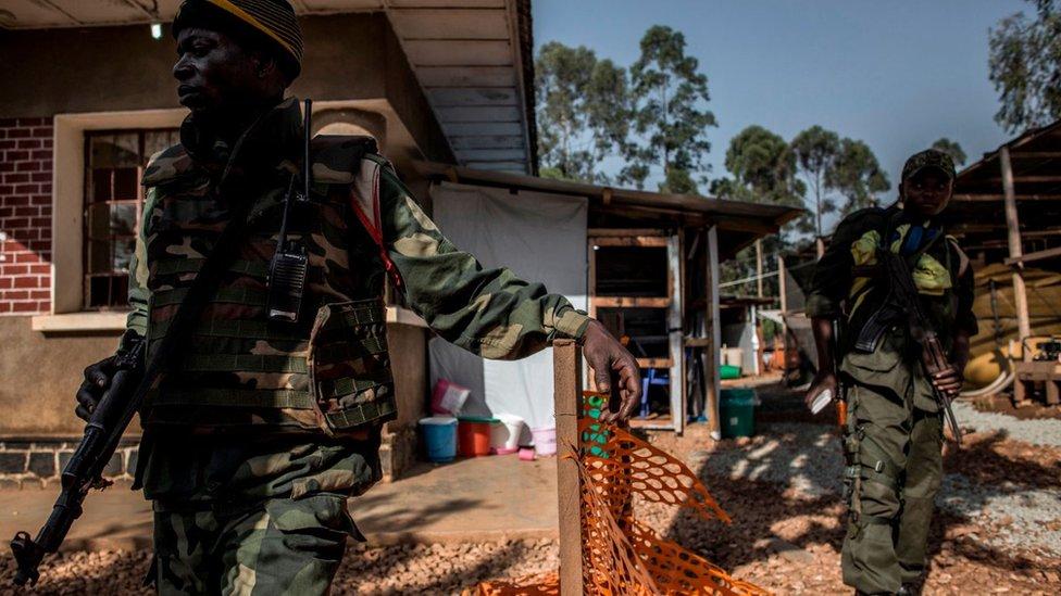 Soldados hacen guardia dentro de un Centro de Tratamiento del Ébola (ETC) en Butembo.