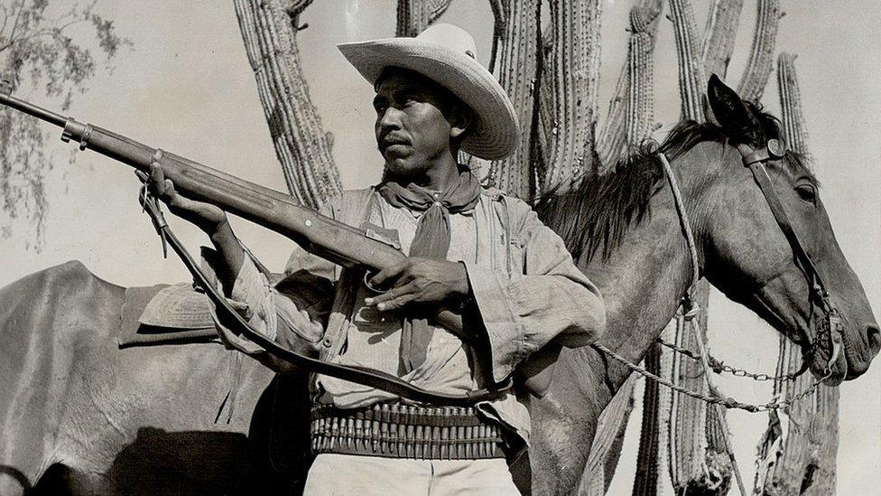 Un yaqui con un arma