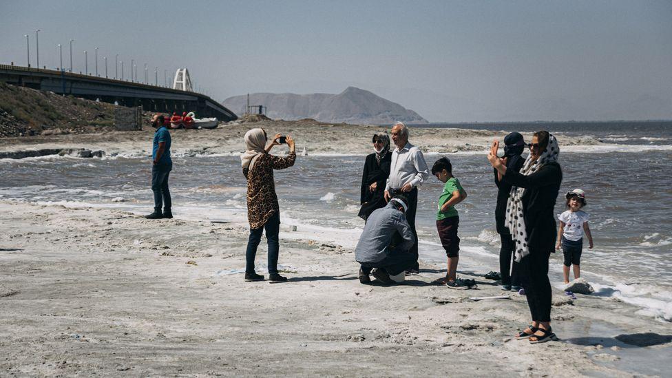 Turistas tiram foto no lago no fim de 2020