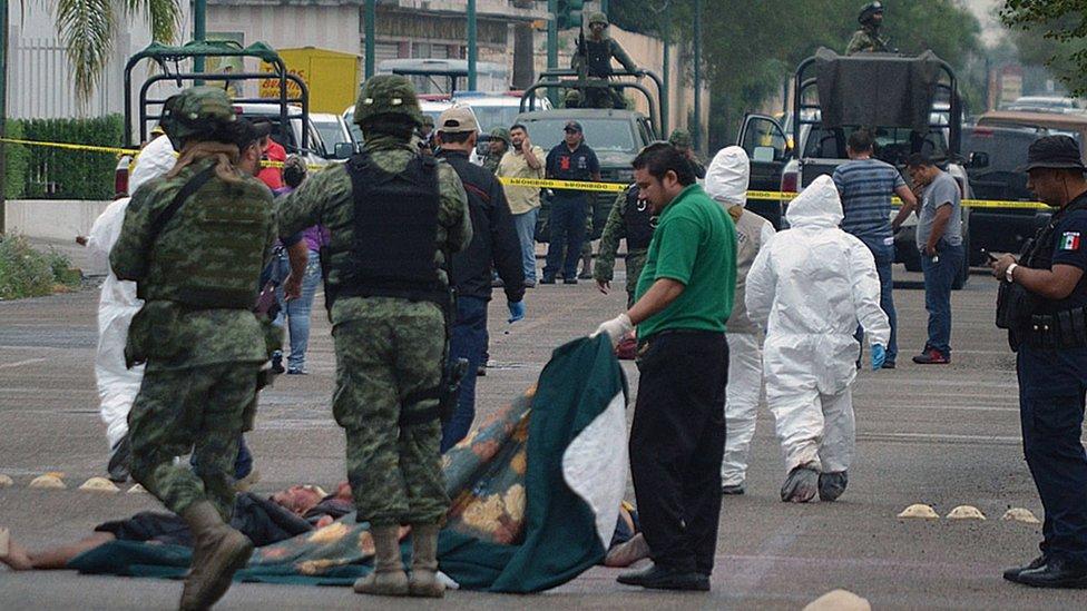 NO USAR / BBC Militares mexicanos y personal forense en una escena de crimen en la ciudad de Nuevo Laredo, estado de Tamaulipas.