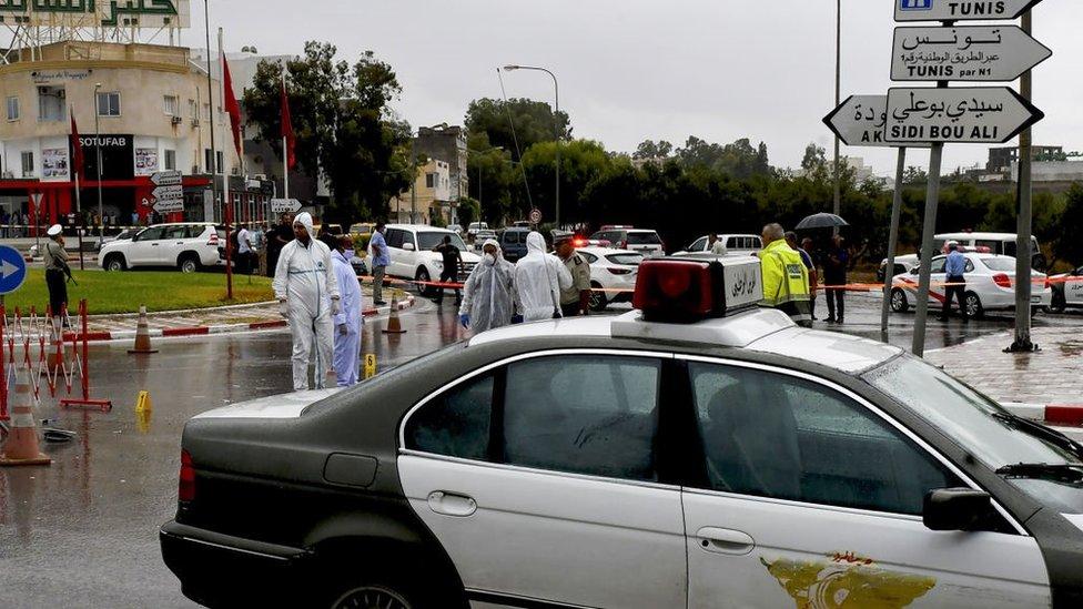 A polícia forense tunisiana investiga o local de um ataque a oficiais da Guarda Nacional da Tunísia em 6 de setembro de 2020, em Sousse