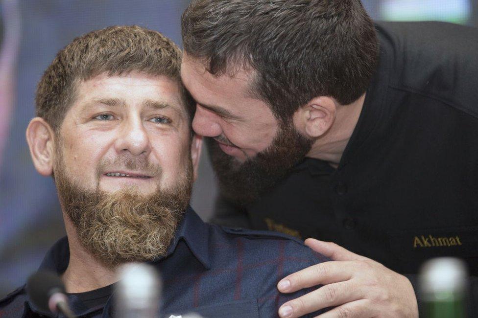 Magomed Daudov hablándole al oído a Ramzan Kadyrov.