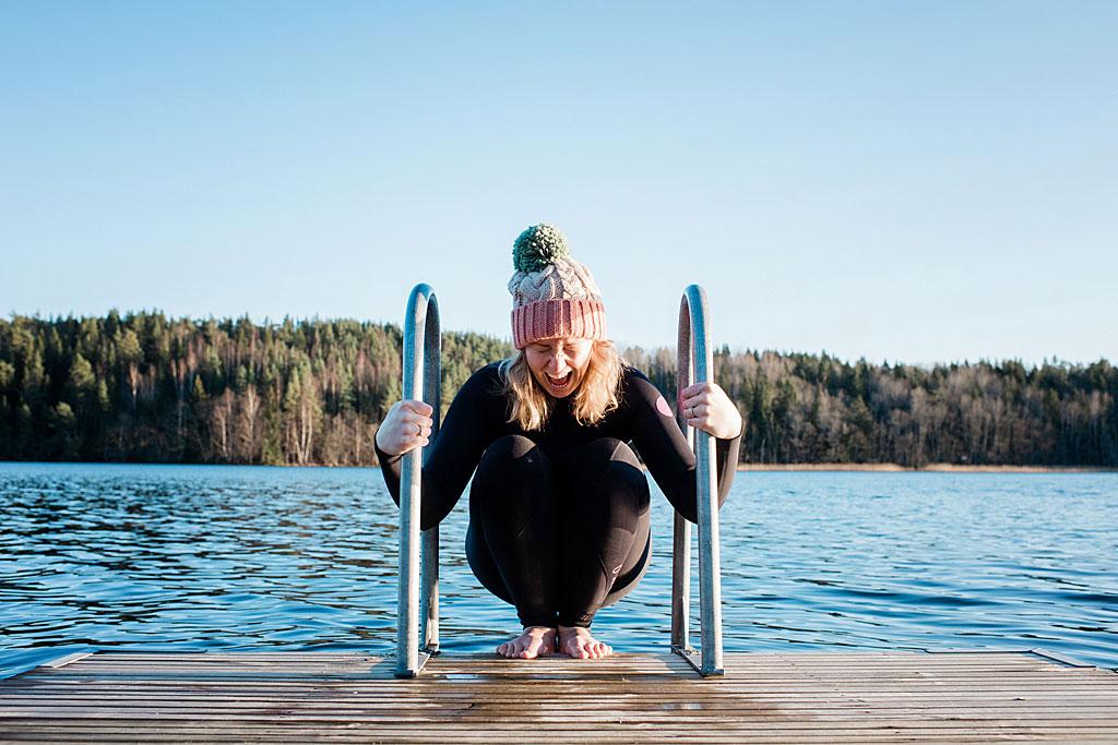 Chica tratando de meterse en un lago helado en Suecia