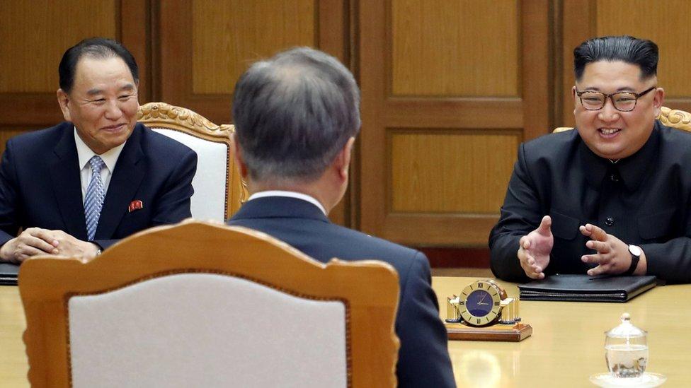 Kim Yong-chol y Kim Jong Un con el presidente Moon Jae-in