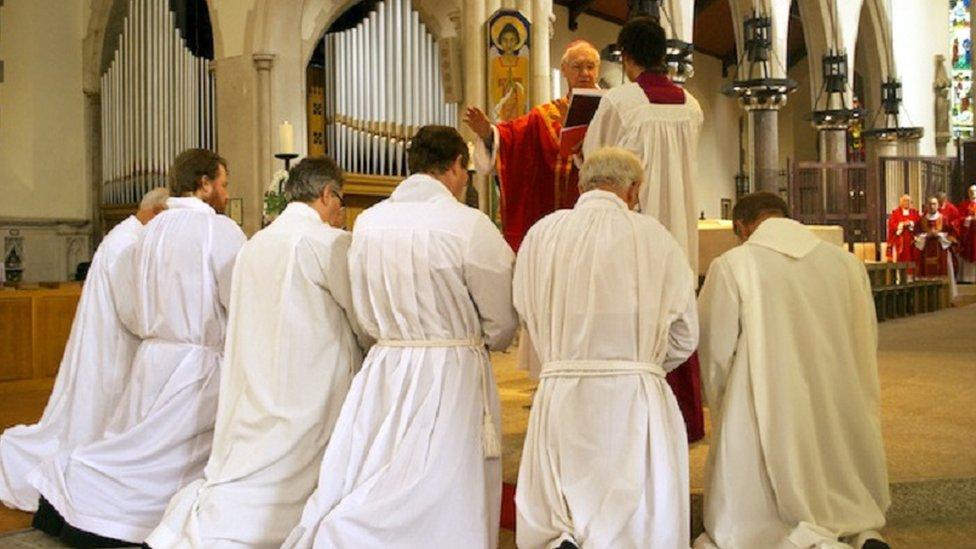 Ordenación del padre Simon como diácono.