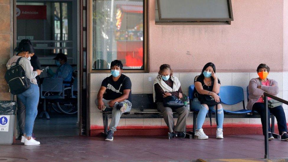 Familiares esperan a pacientes