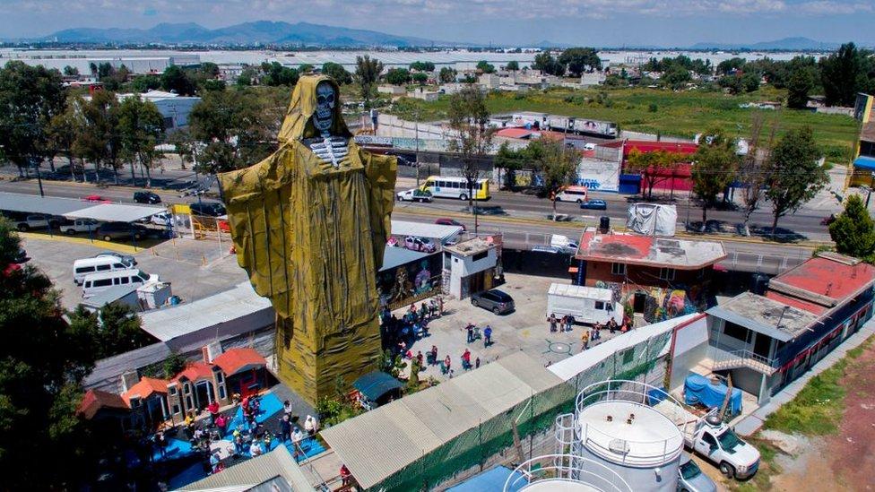 Vista aérea de una figura de la Santa Muerte de 22 metros de altura durante una ceremonia en el Santuario Internacional de la Santa Muerte en México