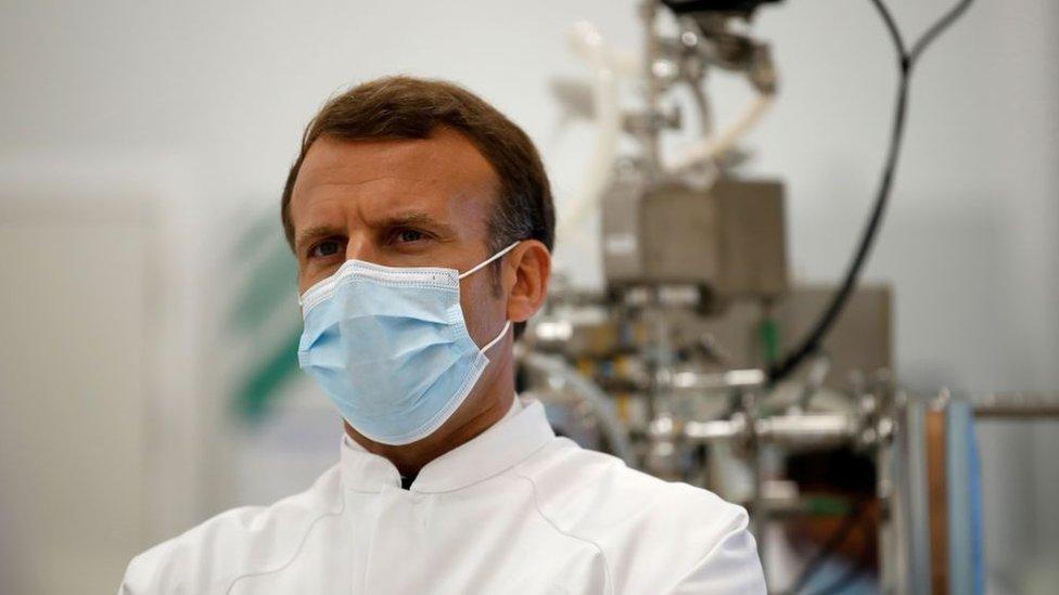 Emmanuel Macron em uma fábrica de vacina