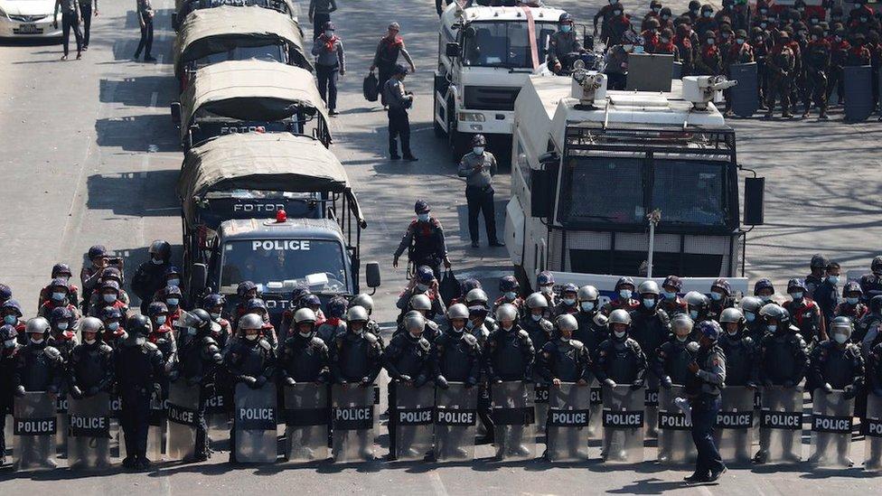 La policía usó bolas de goma y cañones de agua para dispersar a los manifestantes.