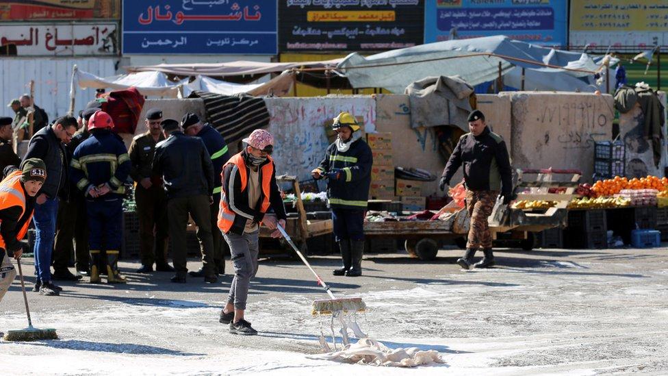 تنظيف موقع أحد الانفجارين في بغداد