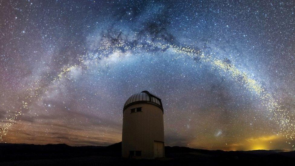 Telescopio con la Vía Láctea de fondo.