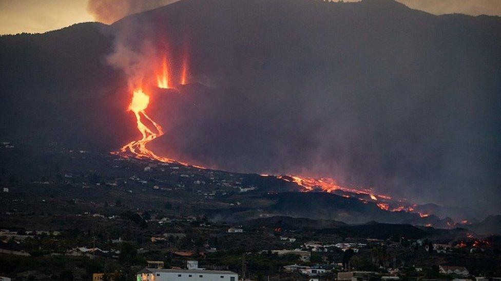 Afrika'nın kuzey batısında, İspanya'ya ait Kanarya Adaları'nda bulunan yanardağ, 1971'den bu yana ilk kez faaliyete geçti.