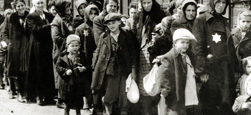 وصول يهود من المجر إلى معسكر الإبادة النازي أوشفيتز، في بولندا في يونيو/ حزيران عام1944.