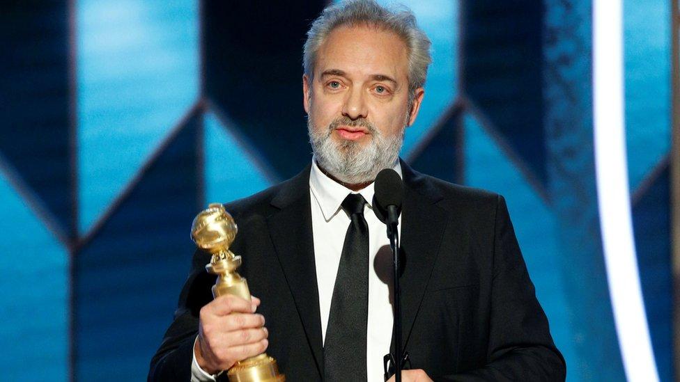 """Sam Mendes recibiendo un Globo de Oro por """"1917""""."""