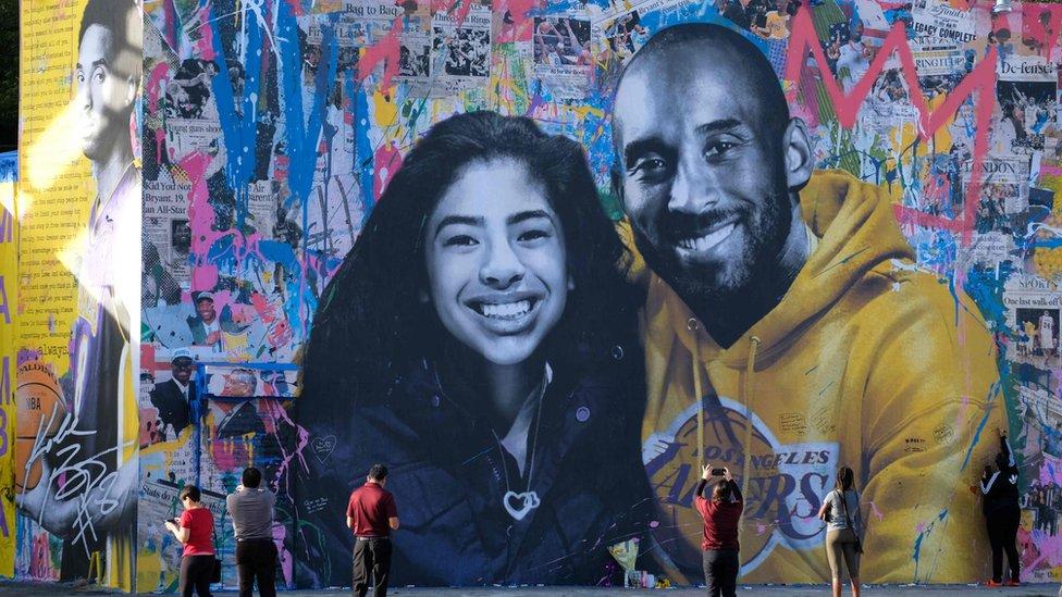 Un mural de Kobe Bryant junto a su hija Gianna.