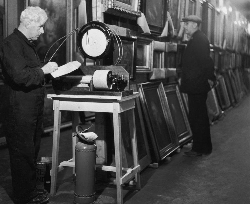 El ingerio JR Jones toma lecturas de humedad en una cámara subterránea en Manod Quarry en 1942.