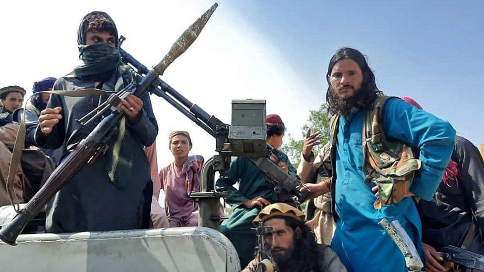 Milicias talibanes armados en un vehículo en las calles de la provincia de Laghman, el 15 de agosto de 2021