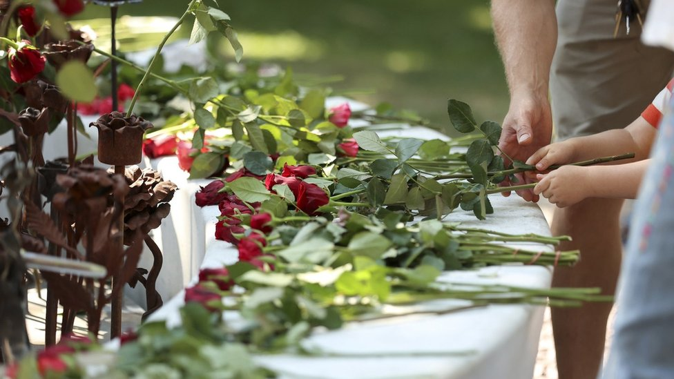 K mestu tragedii nesut cvetы i traurnыe venki