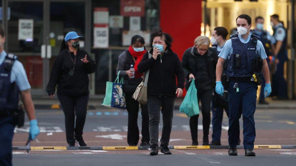 La policía escolta a algunas personas para que abandonen el supermercado tras el ataque