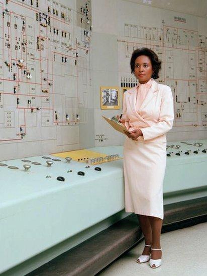 Retrato de la científica informática, matemática e ingeniera estadounidense Annie Easley en el Centro de Investigación Lewis de la NASA (más tarde Centro de Investigación Glenn), Brook Park, Ohio, década de 1960.