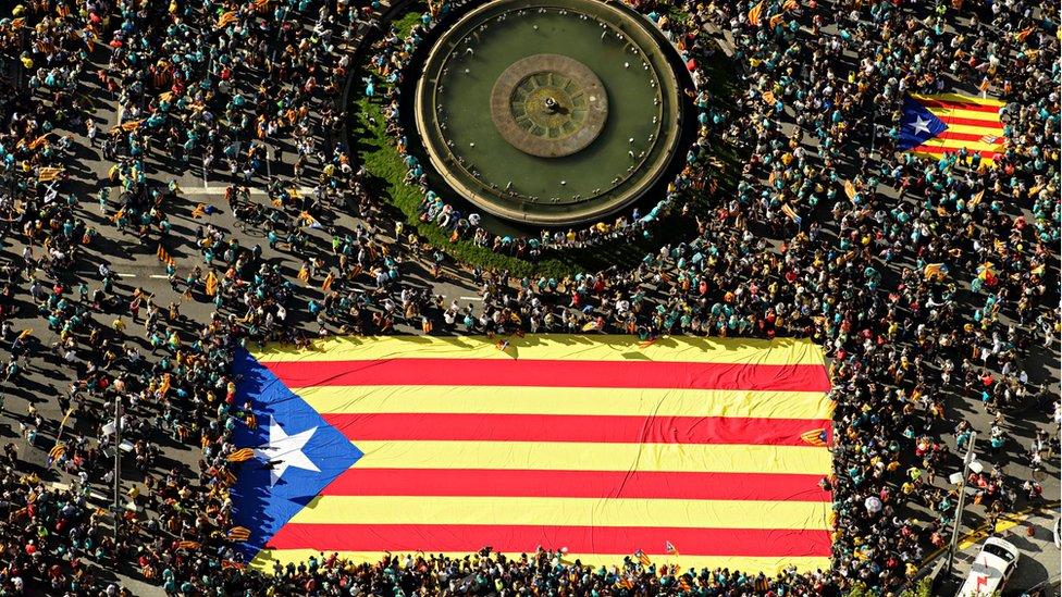9月11日是西班牙自治區加泰羅尼亞的民族日,加泰羅尼亞民眾集會打出爭取獨立的加泰羅尼亞旗幟。