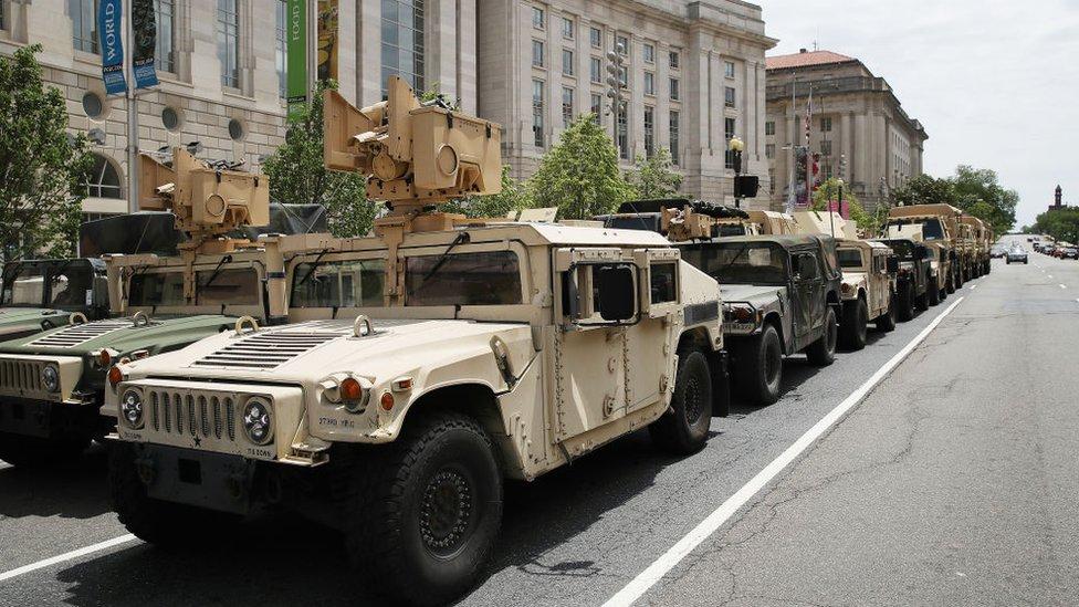 Vehículos blindados de la Guardia Nacional en Washington D.C.