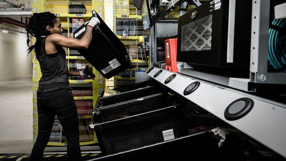 Trabajadora en un almacén de Amazon en Francia