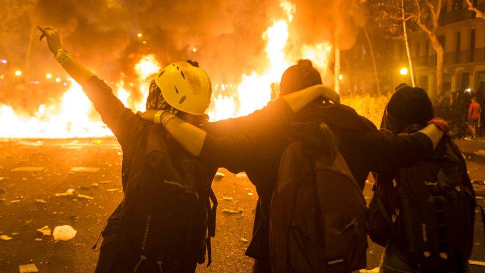 Протести в Барселоні: демонстранти підпалюють машини і зводять барикади