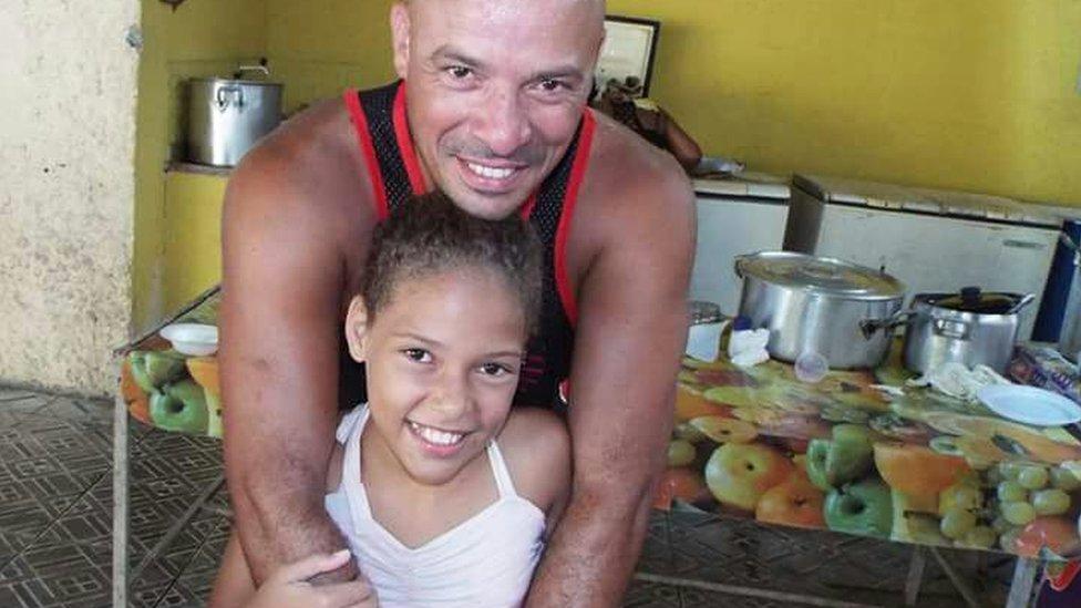 Leandro Monteiro abraça a filha, Vanessa