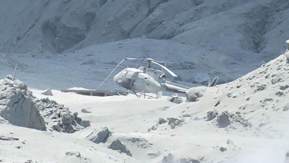 Helicóptero cubierto por cenizas.