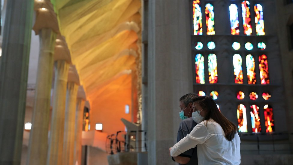 Posetioci se dive unutrašnjosti katedrale