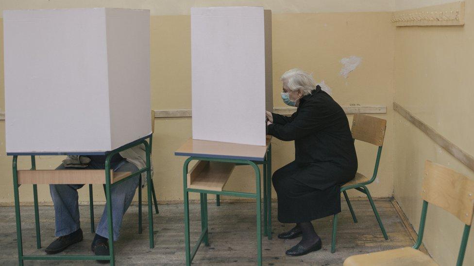 Glasanje iza paravana na beogradskoj opštini Stari grad