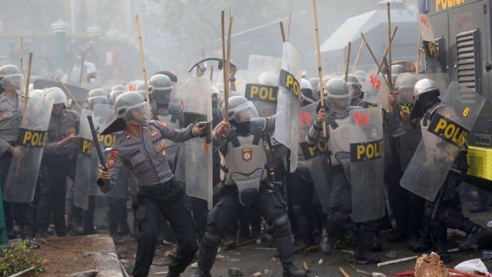 Масові протести в Індонезії. Все через закон про заборону сексу до шлюбу