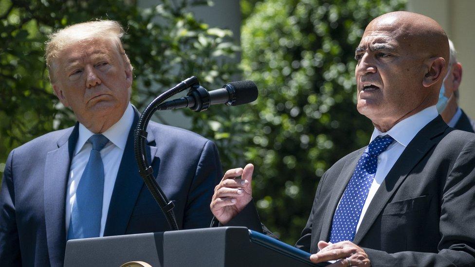 Donald Trump y Moncef Slaoui