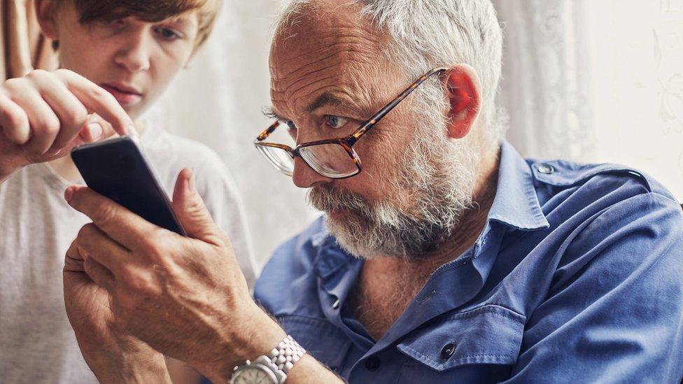 aprendiendo a usar un smartphone