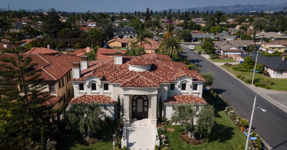 Vista aérea de una mini mansión en Downey