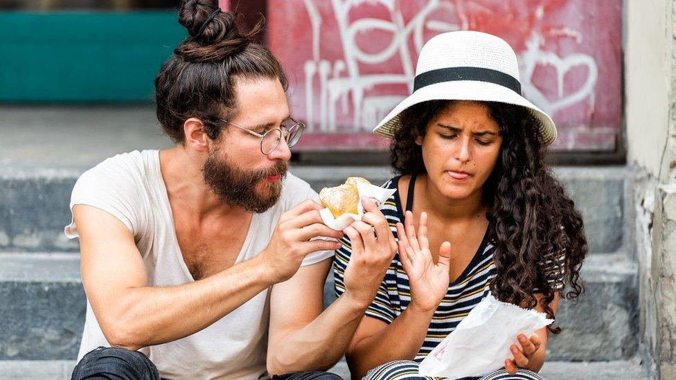 شخصان يأكلان