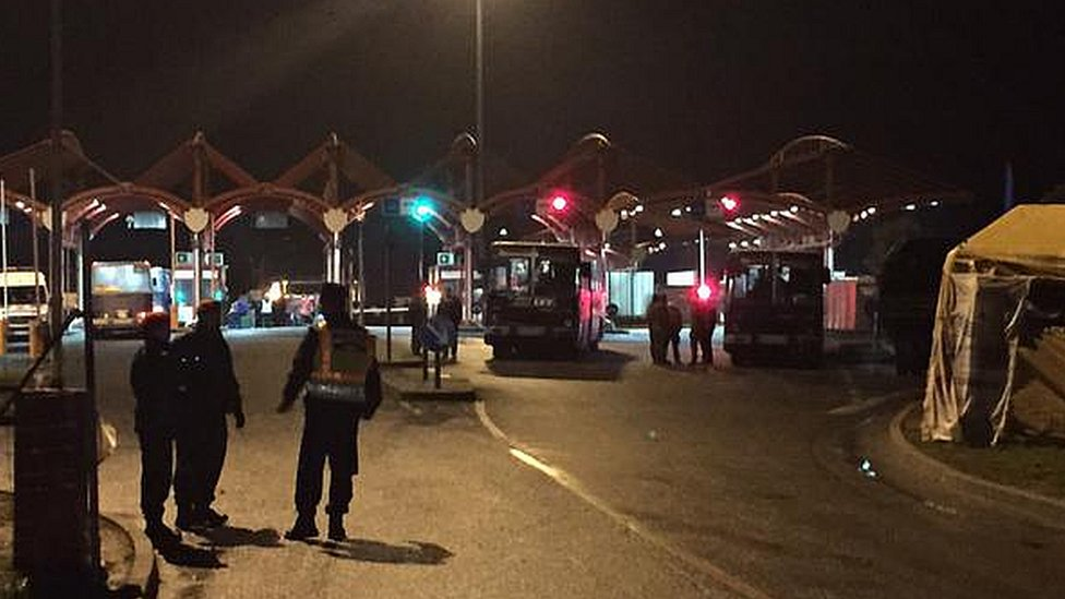 Last buses to cross Hungarian border from Croatian at Beremend (Picture: Nick Thorpe)