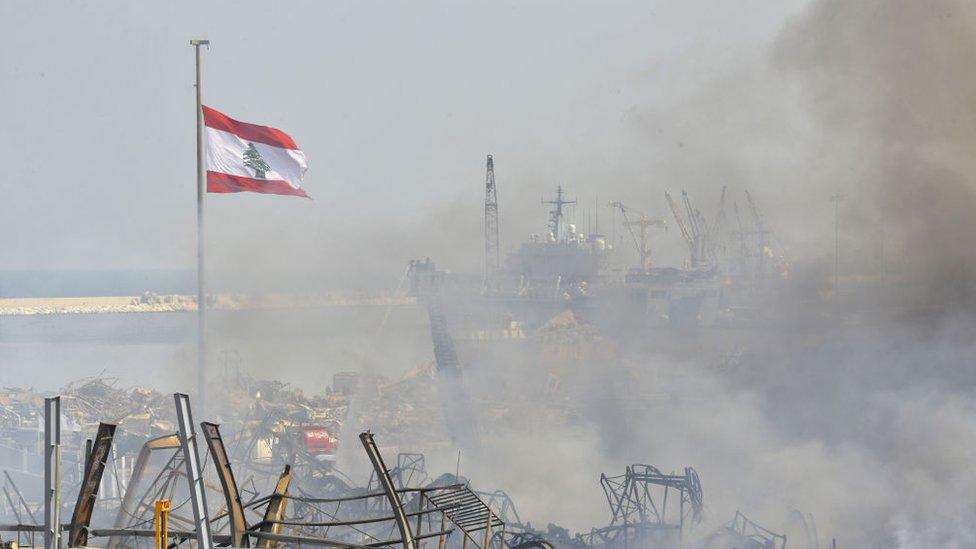 رجال الإطفاء يواصلون أعمالهم بعد أن تمت السيطرة على الحريق الذي اندلع في أحد مستودعات مرفأ بيروت، لبنان، في 11 سبتمبر/أيلول 2020