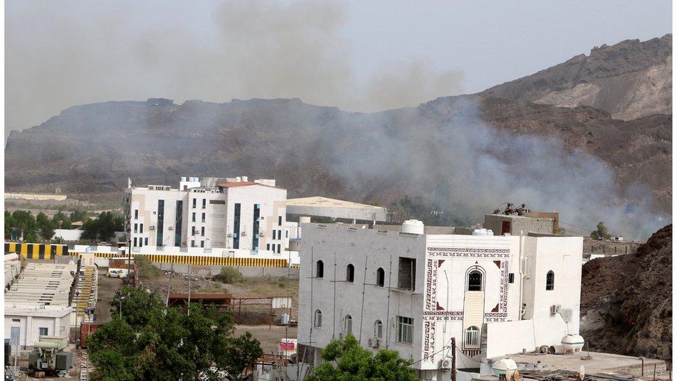 دخان يتصاعد وسط الاشتباكات