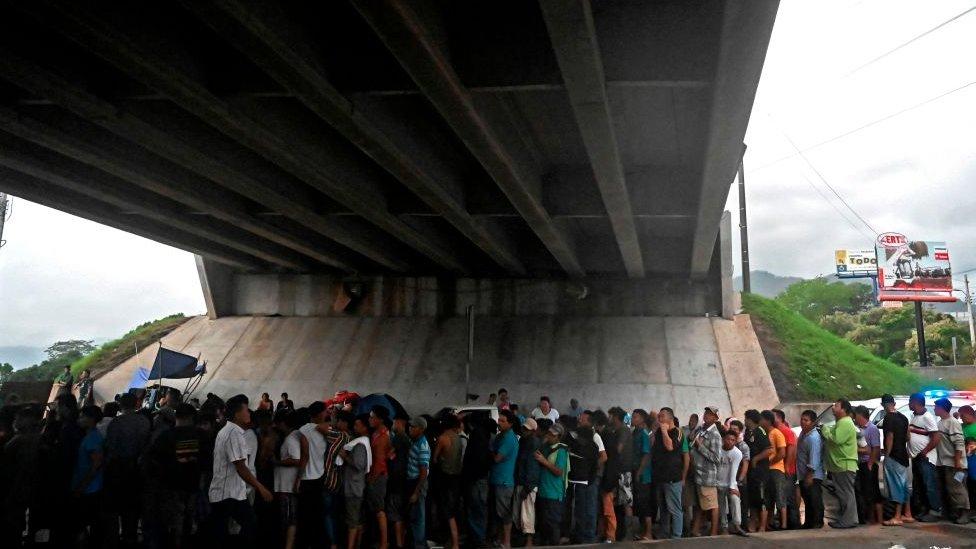 Varias personas debajo de un puente en Honduras