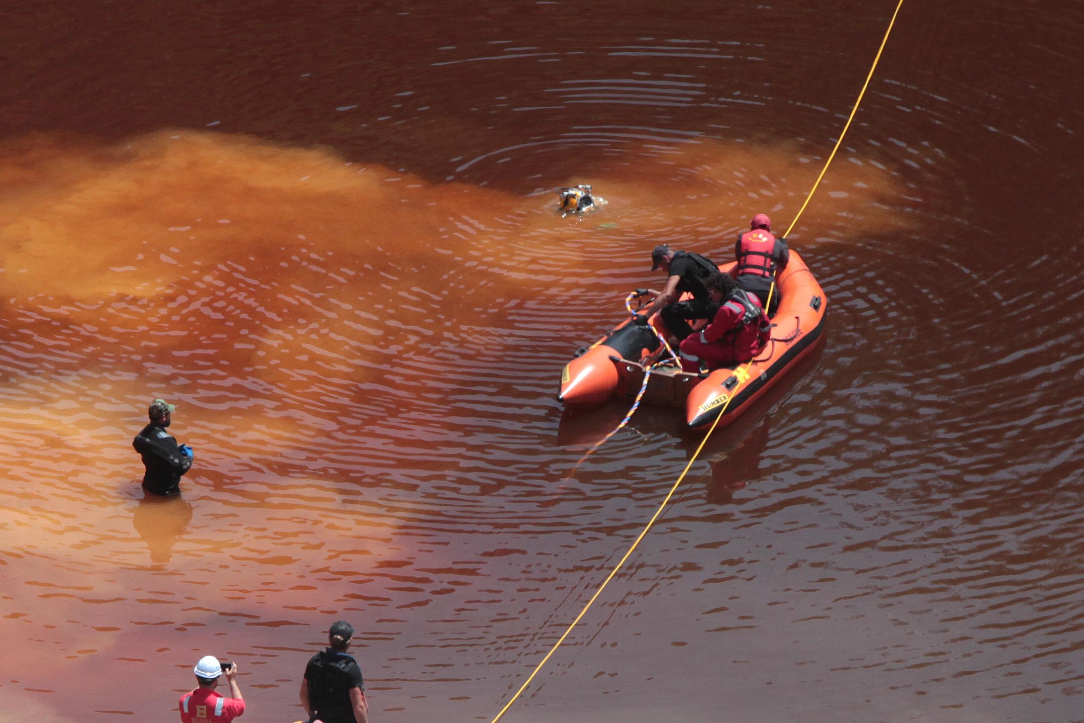 خبراء جنائيون على قارب في وسط بحيرة